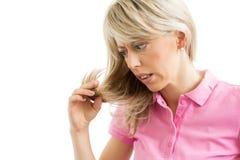 Mulher que tem o problema do cabelo imagens de stock royalty free