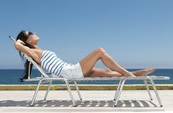 Mulher que tem o sol Fotos de Stock Royalty Free
