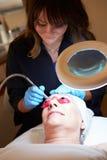 Mulher que tem o tratamento cosmético da abrasão de Dermo em termas Fotos de Stock Royalty Free