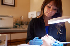 Mulher que tem o tratamento cosmético da abrasão de Dermo em termas Imagens de Stock