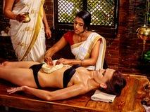 Mulher que tem o tratamento dos termas de Ayurvedic Imagens de Stock