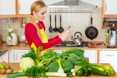 Mulher que tem os vegetais verdes que pensam sobre o cozimento Foto de Stock Royalty Free