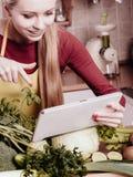 Mulher que tem os vegetais verdes que pensam sobre o cozimento Fotografia de Stock Royalty Free