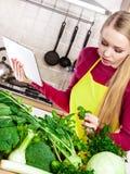 Mulher que tem os vegetais verdes que pensam sobre o cozimento Fotos de Stock Royalty Free