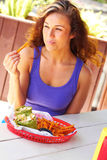 Mulher que tem a refeição do meio-dia Fotos de Stock Royalty Free