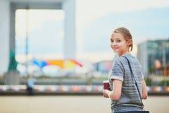 Mulher que tem sua ruptura de café fora do escritório ou da universidade Foto de Stock Royalty Free