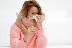 Mulher que tem um frio, gripe Garganta inflamada e tossir imagens de stock