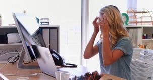 A mulher que tem um vídeo chama o portátil no escritório 4k filme