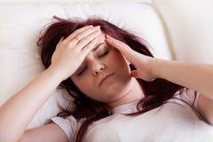 Mulher que tem uma dor de cabeça Imagem de Stock