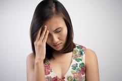 Mulher que tem uma dor de cabeça Fotografia de Stock Royalty Free