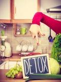 Mulher que tem vegetais verdes da dieta, sinal da desintoxica??o imagens de stock