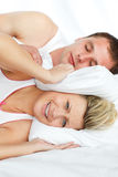 Mulher que tenta dormir com o homem que ressona Fotos de Stock Royalty Free