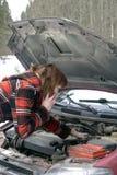 Mulher que tenta fixar o conselho de escuta do carro no telefone Fotografia de Stock Royalty Free