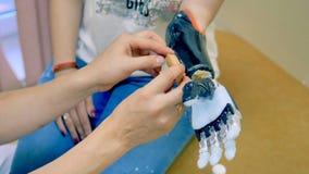 Mulher que testa o braço robótico futurista do cyborg Prótese robótico médica moderna real video estoque