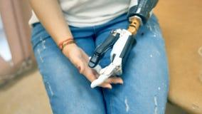 Mulher que testa o braço robótico inovativo Conceito moderno da medicina filme