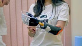 Mulher que testa o braço robótico inovativo Conceito moderno da medicina video estoque
