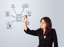 Mulher que tira ícones sociais da rede no whiteboard Foto de Stock Royalty Free