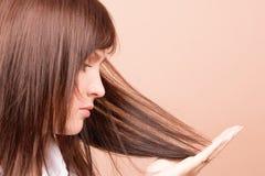 Mulher que toca em seu cabelo imagem de stock
