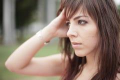 Mulher que toca em sua cabeça Fotografia de Stock