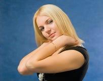 Mulher que toca em sua garganta Fotografia de Stock