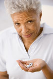 Mulher que toma comprimidos Fotografia de Stock