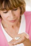 Mulher que toma comprimidos Foto de Stock Royalty Free