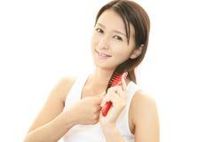 Mulher que toma de seu cabelo Imagem de Stock Royalty Free