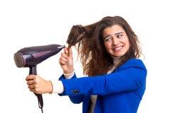 Mulher que toma de seu cabelo Fotografia de Stock