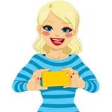 Mulher que toma a foto com smartphone Imagens de Stock
