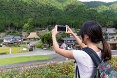 Mulher que toma a foto em Miyama fotografia de stock royalty free
