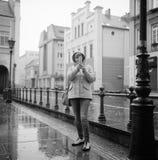 Mulher que toma a foto pelo telefone celular Fotografia de Stock