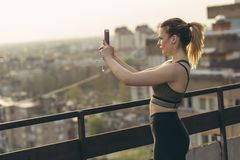 Mulher que toma fotos urbanas da skyline imagens de stock