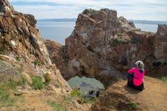 Mulher que toma a imagem do arco natural no Lago Baikal fotos de stock royalty free