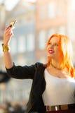 Mulher que toma a imagem do auto com câmera do smartphone Imagem de Stock