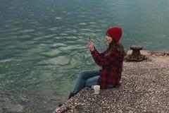 Mulher que toma imagens com um telefone celular fotografia de stock