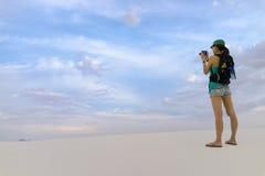 Mulher que toma imagens - o branco lixa New mexico Foto de Stock Royalty Free