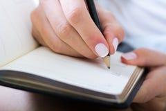 Mulher que toma notas em casa Foto de Stock Royalty Free