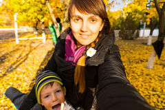 Mulher que toma o autorretrato com o filho no parque foto de stock royalty free