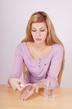 Mulher que toma o comprimido Imagem de Stock Royalty Free