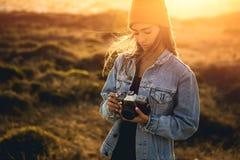 Mulher que toma o retrato ao ar livre Fotos de Stock Royalty Free