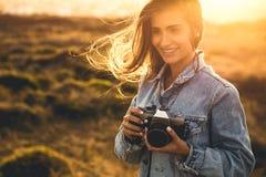 Mulher que toma o retrato ao ar livre Imagem de Stock Royalty Free