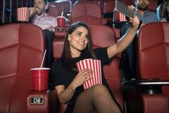 Mulher que toma o selfie nos filmes Imagem de Stock Royalty Free