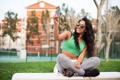 Mulher que toma selfies Imagem de Stock
