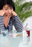Mulher que toma seus comprimidos foto de stock