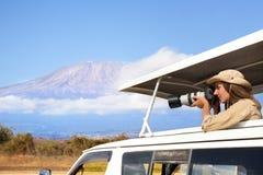 Mulher que toma tiros durante a movimentação Kenyan do jogo do safari imagens de stock royalty free