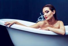 Mulher que toma um banho imagens de stock royalty free