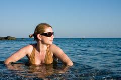 Mulher que toma um banho no mar quente foto de stock