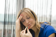 Mulher que toma um comprimido Imagem de Stock Royalty Free