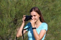 Mulher que toma um retrato Fotos de Stock