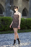 Mulher que toma uma caminhada Fotografia de Stock Royalty Free